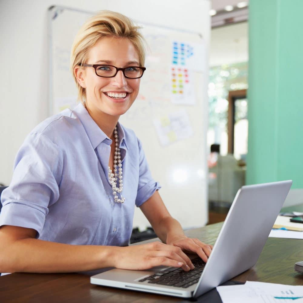 MItarbeiterin bei Durchführung eines Datenschutz-E-Learnings